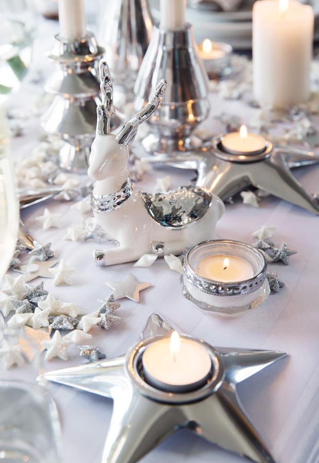 INTERIØRTIPS-Dekk-et-julebord-i-hvitt-og-sølv