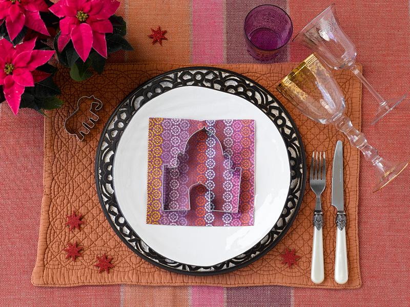 003 INTERIØRTIPS - borddekking av festbordet, serviettbretting og blomsterdekorasjoner