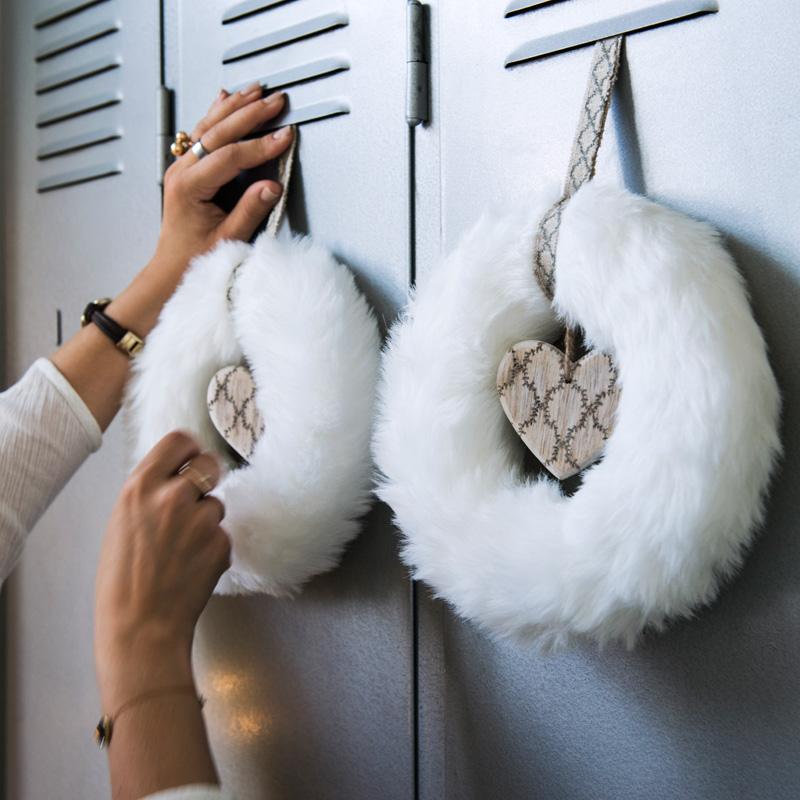 006 INTERIØRTIPS - JULEDEKORASJONER Hvite kranser av hvit pels fra IKEA Foto IKEA