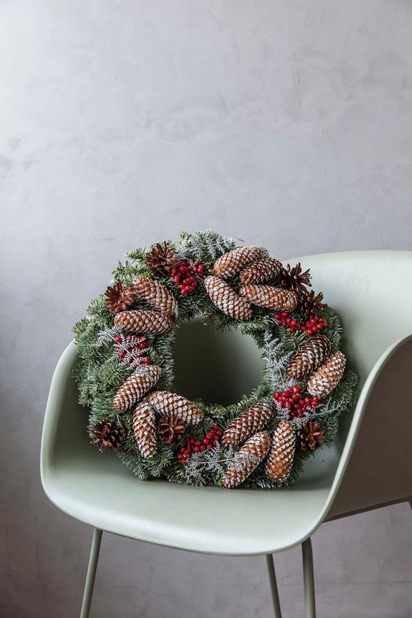 011-Kongler og røde bær på drøkrans til jul
