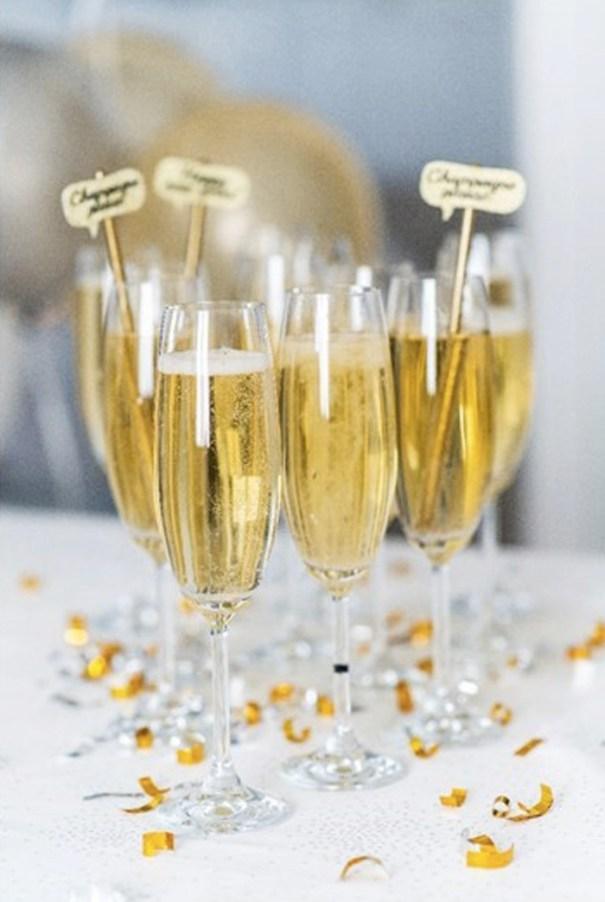 BORDDEKKING Champagneglass med rørepinner til nyttårsaften