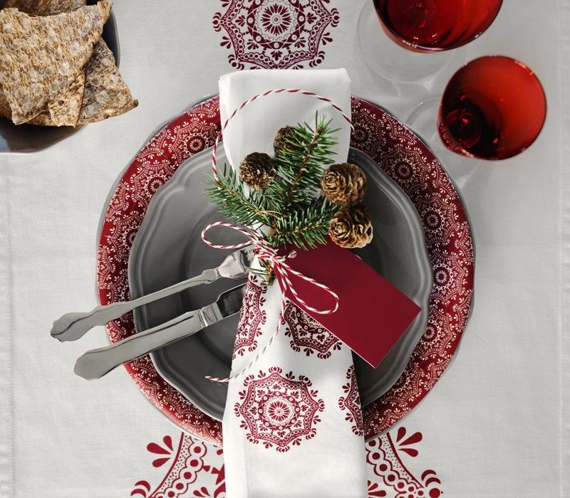 BORDDEKKINGSTIPS Julens festbord i rødt og hvitt Foto IKEA