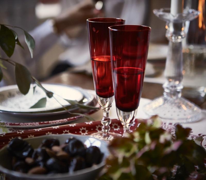BORDDEKKINGSTIPS Julens festbord i rødt og hvitt og grått Foto IKEA