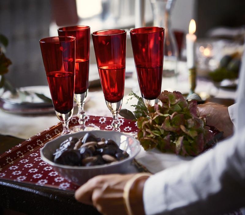 INTERIØRTIPS - JUL Julens festbord i rødt og hvitt Foto IKEA
