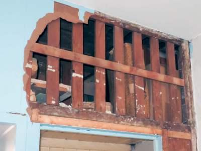 """Foto van een opengewerkte wand boven een kamer-en-suite. De foto hoort bij het gedicht """"Advies""""."""