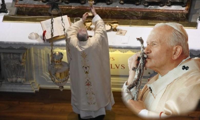 Photo of البابا فرنسيس يحتفل بالقداس الإلهي عند ضريح القديس البابا يوحنا بولس الثاني