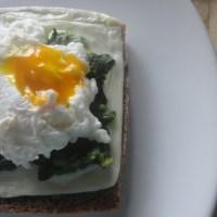 Tosta de queijo com esparregado e ovo escalfado