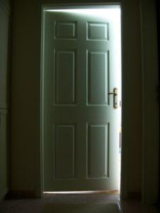 дверь приоткрыта