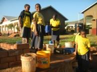 Kinder beim Wasserschöpfen