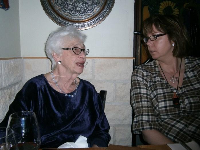 Maria och Naomi sitter och pratar