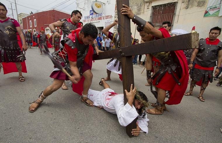 40418150. Mérida.- El día de hoy se realizó como cada año el viacrucis en el pueblo maya de Acanceh, Yucatán. Más de tres mil personas presenciaron la crucifixión el cual es el más importante de la entidad. NOTIMEX/FOTO/HUGO BORGES/COR/REL/