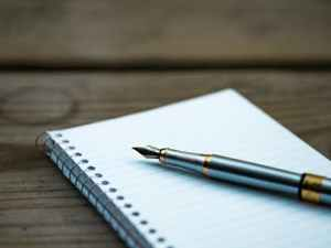 Notepad and pen as featured in the description of Marie Deveaux coaching process, step 2, assessment, as displayed on mariedeveax.com