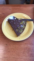 Cake made of avocado and chocolate by Café Épico