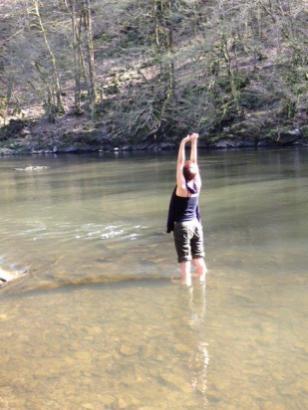 """Auto-prescription de tâche: axe terre-ciel avec les pieds dans l'eau et respirer, pour """"laisser couler"""" (la Semois était froide au printemps!)"""