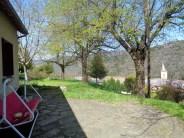 De la terrasse, on aperçoit le clocher du village en contrebas