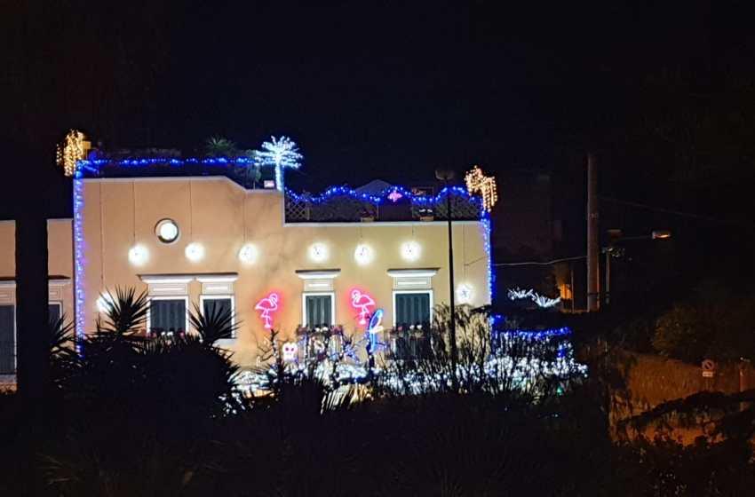 Gli Alunni del Sole accendono le luci della festa a casa dell'imprenditore Celestino Passaro