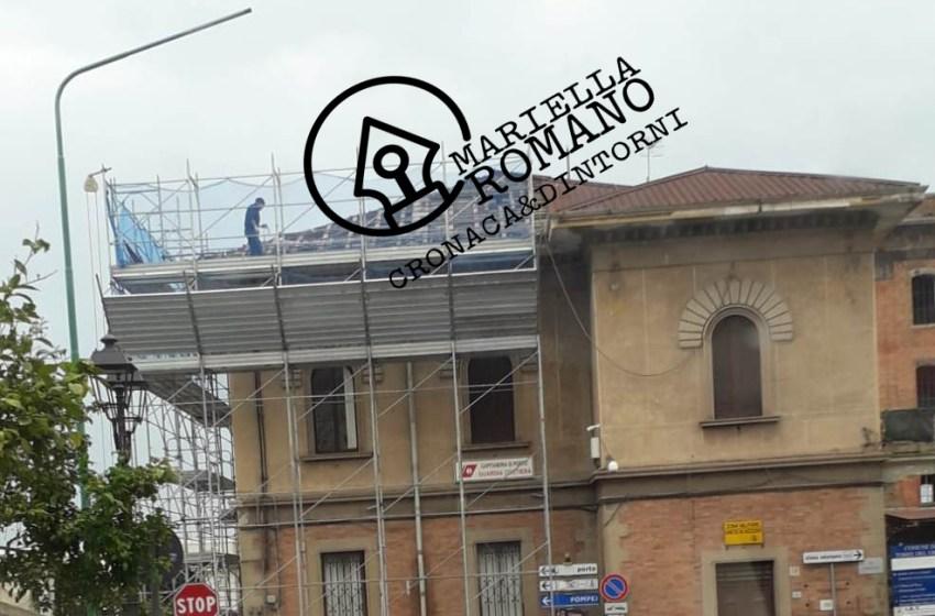 Operai a lavoro senza casco e senza imbracatura sul tetto della Capitaneria