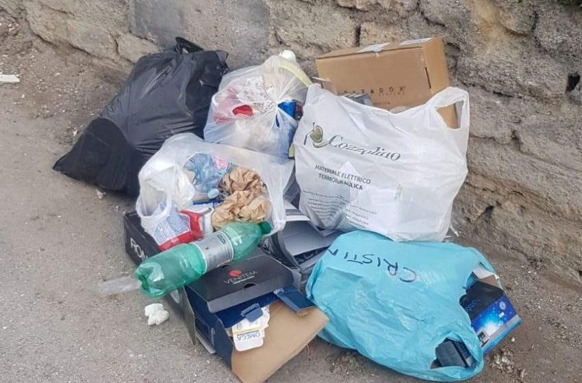 Il Comune fa pulire via Giacomo Leopardi e due ore dopo tornano i cumuli di spazzatura