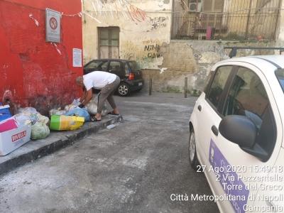 Rifiuti, dieci ore dopo la pulizia, via Pezzentelle è di nuovo una discarica
