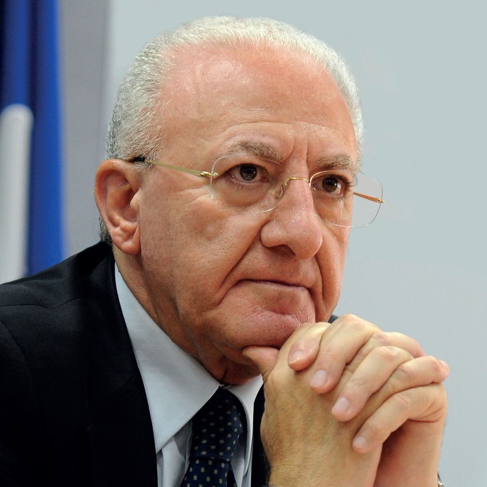 Il governatore De Luca riapre le scuole elementari. Lezioni in presenza per i bimbi