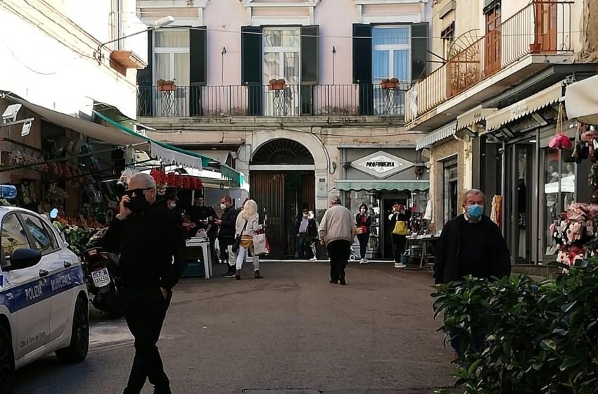 Controlli nelle storiche piazzette: liberate le strade dalle bancarelle abusive