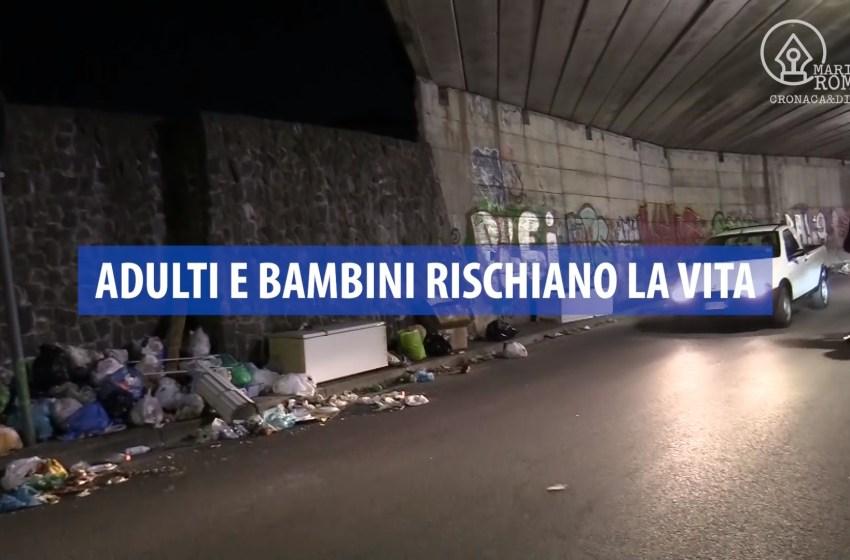 Ercolano, strada discarica: marciapiedi ingombri di rifiuti, pedoni a rischio – video
