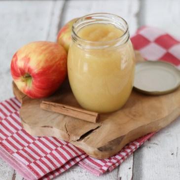 Zelfgemaakte appelmoes met kaneel