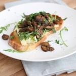 Toast met brie en champignons