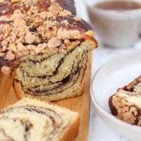 Nutella Babka met kruimels en hazelnoten