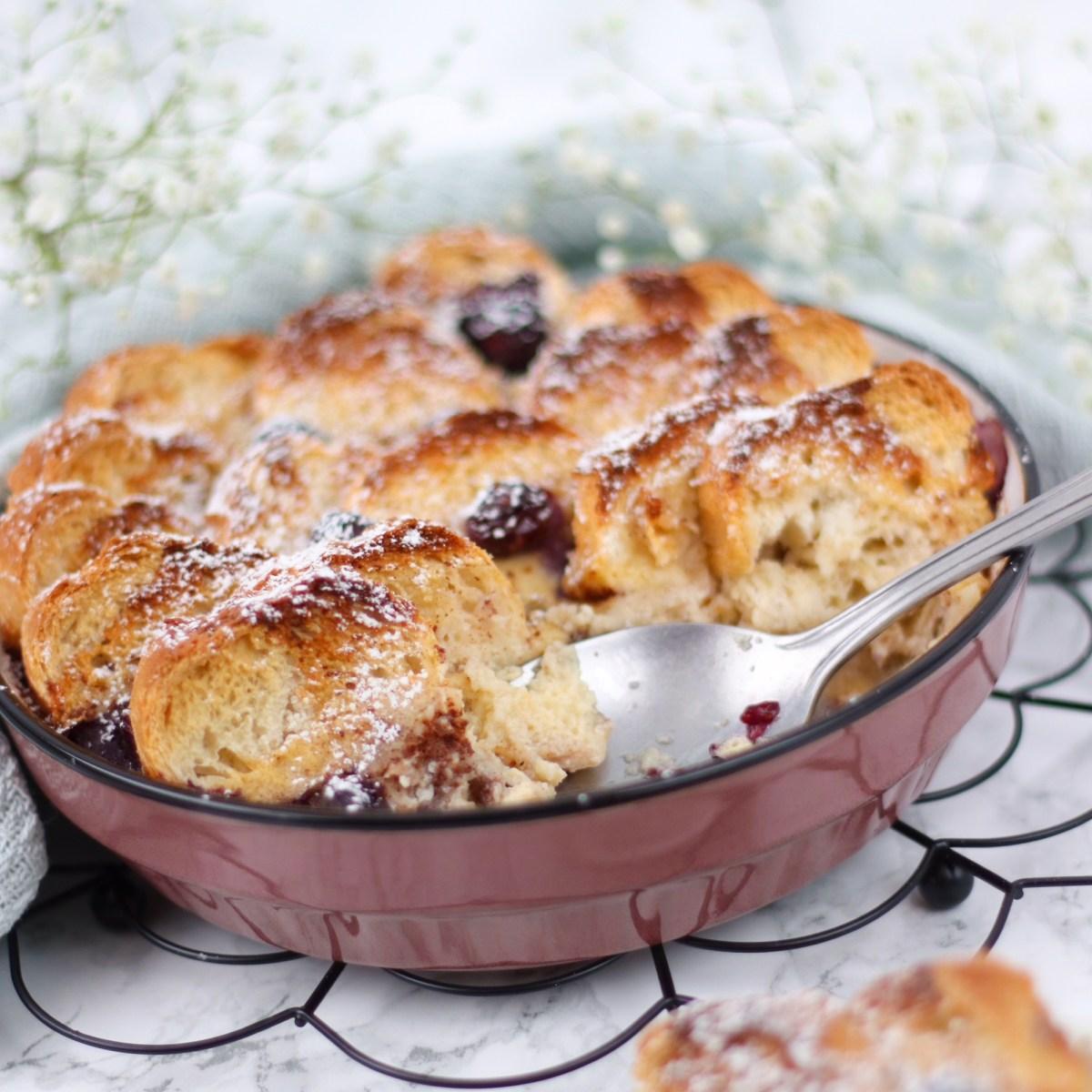 Broodpudding met blauwe bessen