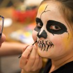 Kinder schminken Kinder – Ein Halloween-Tutorial
