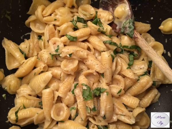 One pot pasta à l'ail et au parmesan… Tout dans une seule sauteuse !