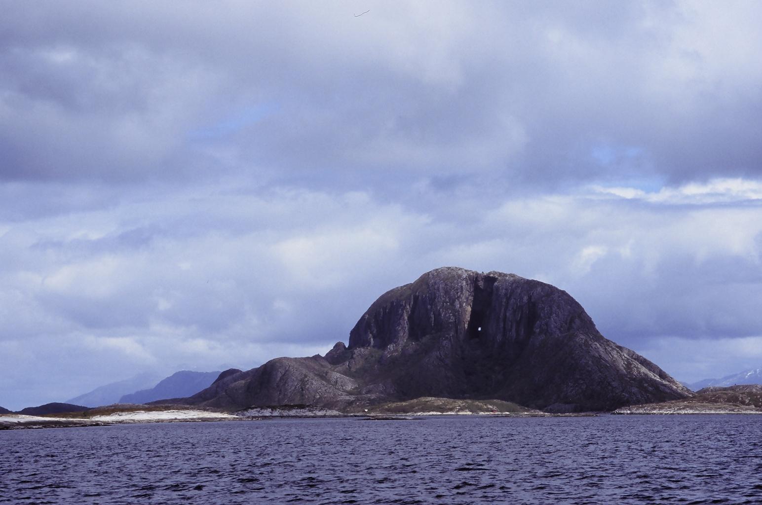 Torghatten utenfor Broennoeysund