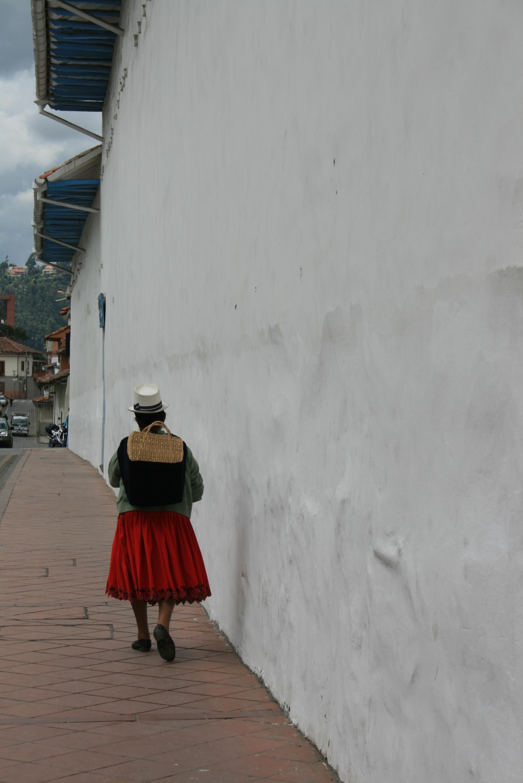 En indígena i Cuencas gater, med typisk bekledning - panamahatt og foldeskjørt