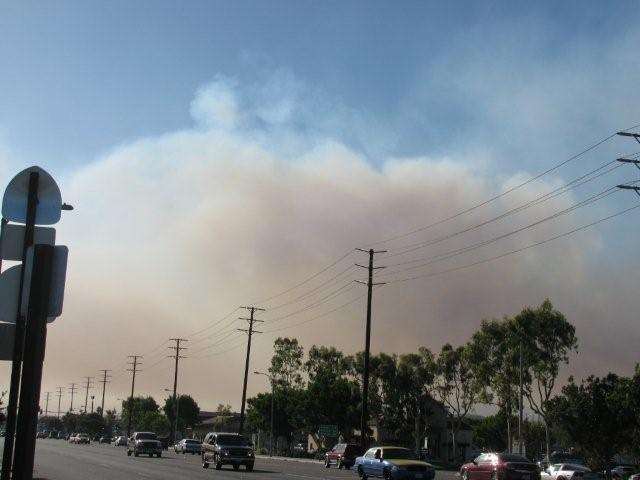 Sur Los Angeles Avenue, la fumée est impressionnante. Je m'inquiète principalement pour la qualité de l'air... ça risque de devenir irrespirable dans les prochains jours. Je l'ai vu lors du Station fire il y a quelques semaines...