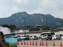 Berge im Hintergrund des Palasts