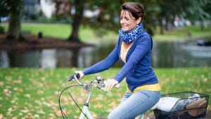 Marijana Brdar fährt auch ihrem Fahrrad in der Natur.