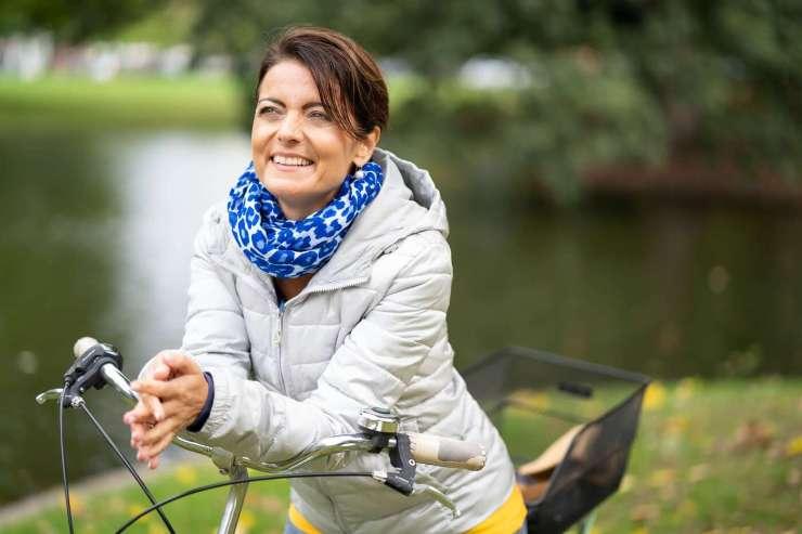 Marijana sitz auf ihrem Fahrrad und schaut verträumt zur Seite.