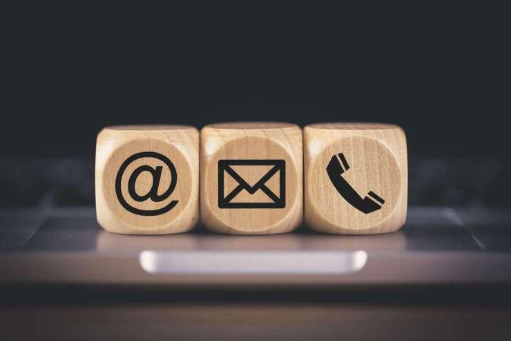 Drei Holz-Würfel mit Kontakt-Icons
