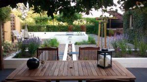 zicht vanaf terras op de tuin