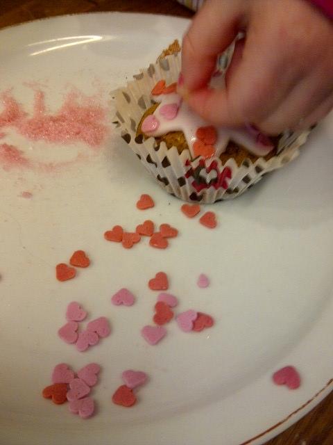 Het versieren van de cupcakes is precisiewerk