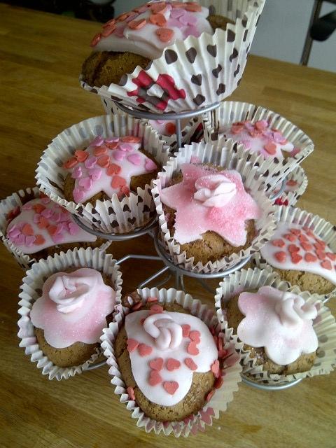 Alle dertien cupcakes op de cupcakestandaard
