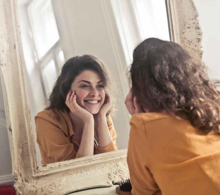 ομορφιά, ασχήμια, άσχημη, όμορφη, αυτοφροντίδα, υγεία, ευεξία, ναρκισσισμός, ψυχική υγεία, φύση, γυναίκα, καθρέφτης