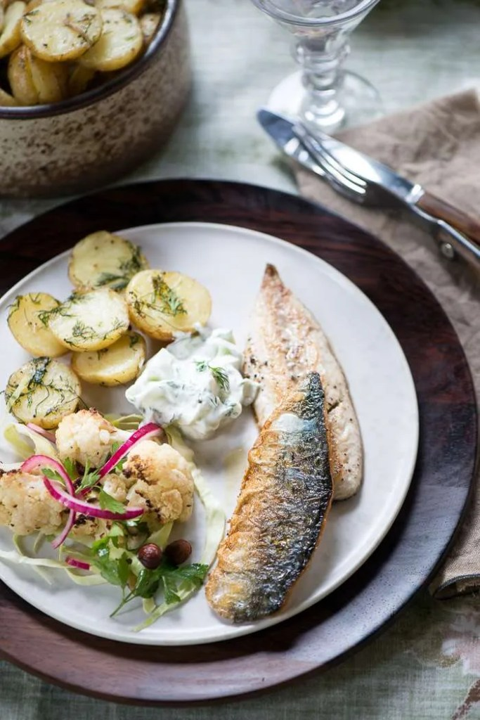 Makrel med dildkartofler og bagt blomkåls salat