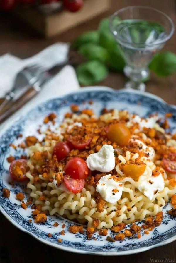Nem aftensmad med pasta, sprøde brødkrummer og tomat