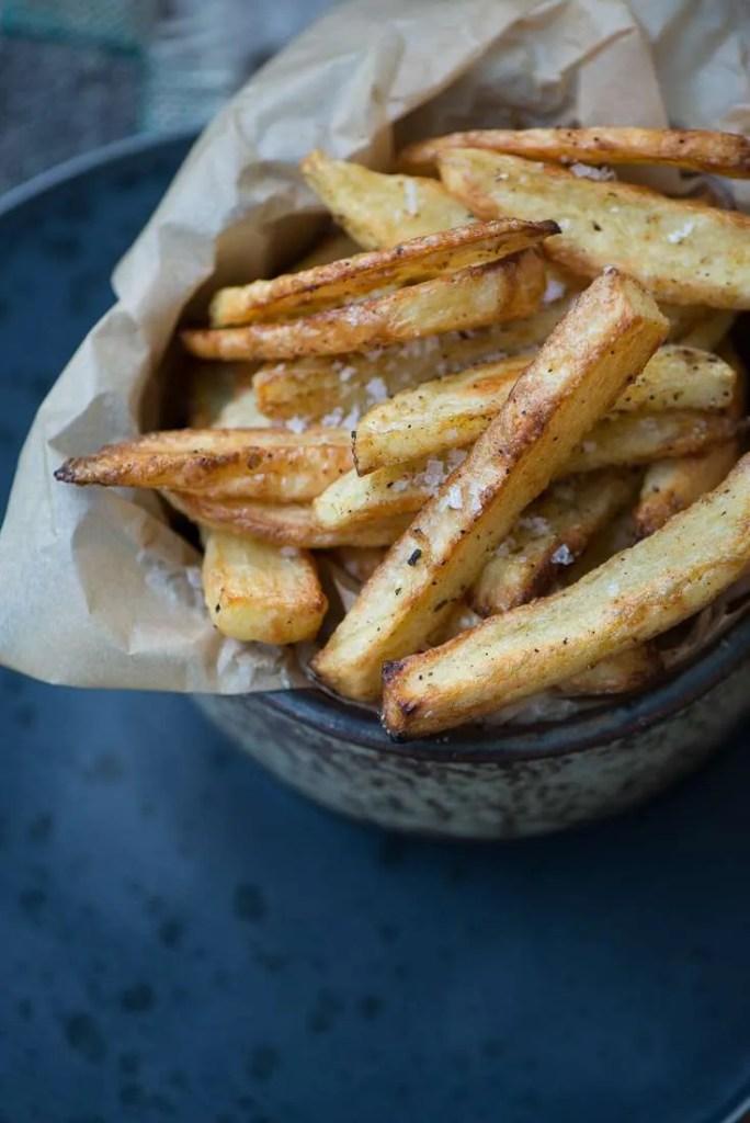 De sprøde lækre ov pommes frites i en skål. Man kan se hvor sprøde og lækre de er helt uden friture