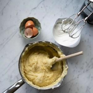 Rør æggeblommer i kartoffelmosen