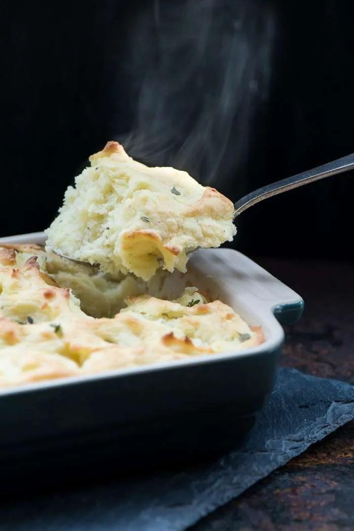 Ovnbagt kartoffelmos smager fantastisk og er dejligt nemt at lave.  Den bagte kartoffelmos passer perfekt til hverdag eller gæster og er dejlig til gryderetter. Sprød på toppen og lækker som en souffle i midten. Opskrift fra Marinas Mad.