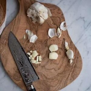 Her kan man se hvordan hvidløg hakkes til suppen
