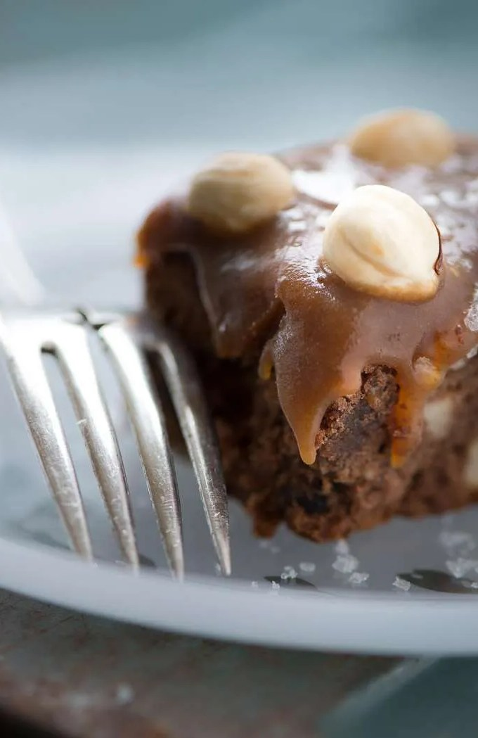 Brownie med karamel og nødder